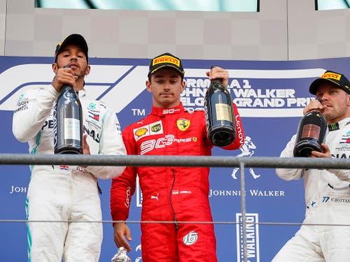 Charles Leclerc (Mitte mit Lewis Hamilton, links, und Valtteri Bottas) setzte seinem Höhenflug mit dem Sieg in Belgien die Krone auf (Bild: KEYSTONE/EPA/VALDRIN XHEMAJ)