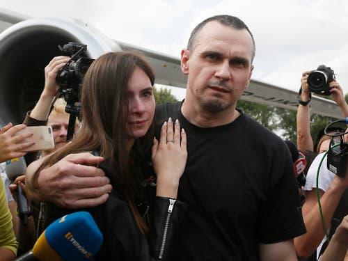 Zu den Freigelassenen zählt auch der ukrainische Filmemacher Oleg Senzow, der auf dem Flughafen von seiner Tochter begrüsst wurde. (Bild: KEYSTONE/AP/EFREM LUKATSKY)