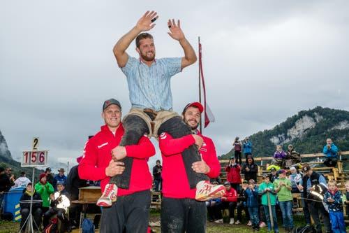 Sieger Marcel Mathis (oben) wird von Lutz Scheuber (links) und Martin Zimmermann auf den Schultern getragen. (Bild: Philipp Schmidli, Ennetmoos, 8. September 2019)