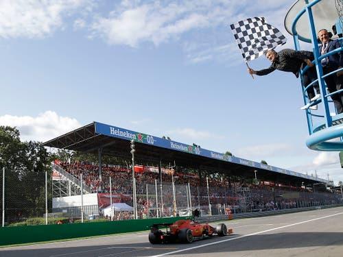 Der Moment, in dem der Sieg Tatsache wird: Charles Leclerc wird als Erster abgewinkt (Bild: KEYSTONE/AP/LUCA BRUNO)