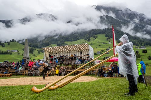 Alphornbläser im Regen. (Bild: Philipp Schmidli, Ennetmoos, 8. September 2019)