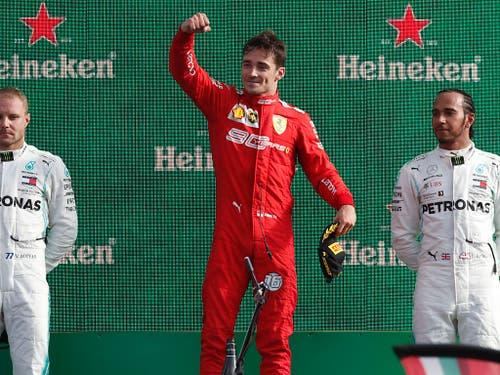 Charles Leclerc (Mitte) mit Valtteri Bottas (2./links) und Lewis Hamilton (3.) bei der Siegerehrung (Bild: KEYSTONE/AP/ANTONIO CALANNI)