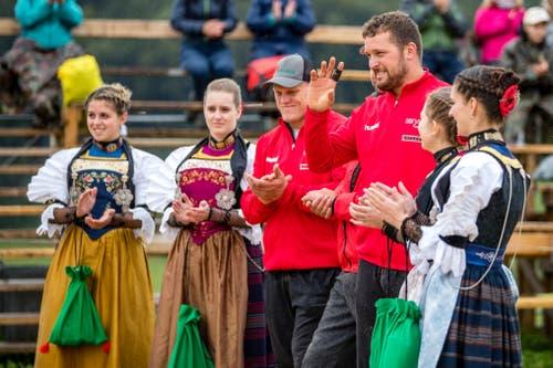 Marcel Mathis wird geehrt am Allweg-Schwinget. (Bild: Philipp Schmidli, Ennetmoos, 8. September 2019)