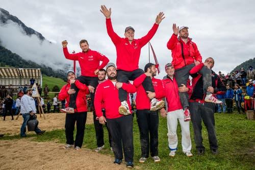 Marcel Mathis, Lutz Scheuber und Stefan Gasser (L-R) verabschieden sich vom Publikum am Allweg-Schwinget. (Bild: Philipp Schmidli, Ennetmoos, 8. September 2019)