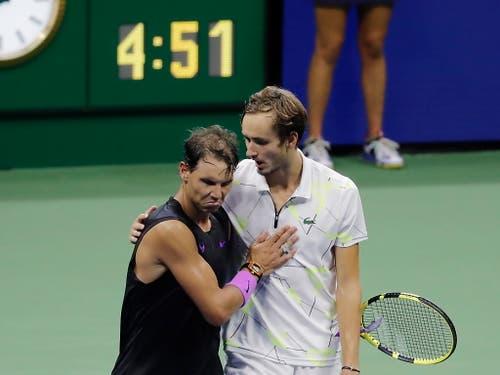 Herzliche Umarmung nach einem epischen Duell: Rafael Nadal (li.) und Daniil Medwedew (Bild: KEYSTONE/EPA/JUSTIN LANE)