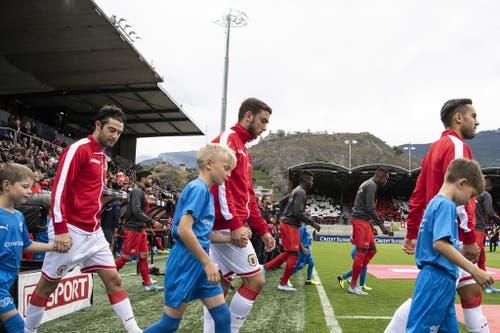 Die Teams beim Einlaufen ins Stade de Tourbillon in Sion. (Bild: Keystone)