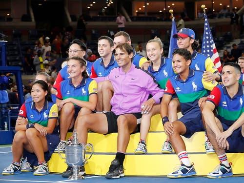 Ein grosser Sieger: Rafael Nadal mit den Ballkids (Bild: KEYSTONE/EPA/JOHN G. MABANGLO)