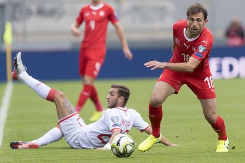 Der Schweizer Admir Mehmedi (r.) behauptet sich gegen Ethan Britto (l.). (Bild: Keystone)