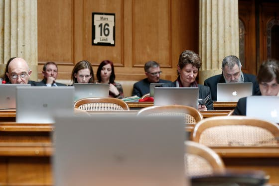 Ohne Laptops geht auch im Nationalrat nichts mehr. (Archivbild: Keystone)