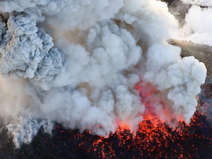 Kilometerhohe Aschesäule über Vulkan in Südjapan