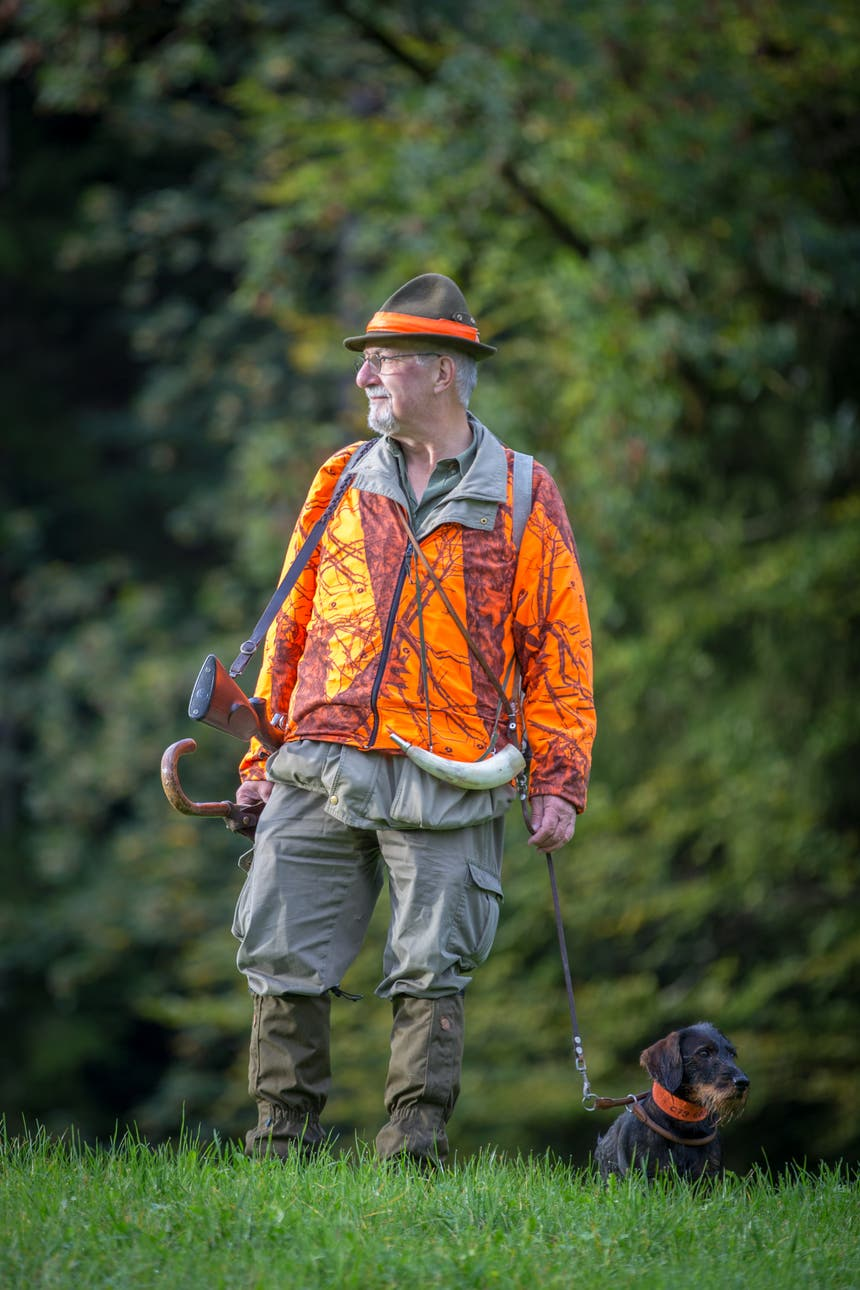 ...ein erfahrener Jäger. Mit seinem Hund, Bosco geht er... (Bild: Raphael Rohner)