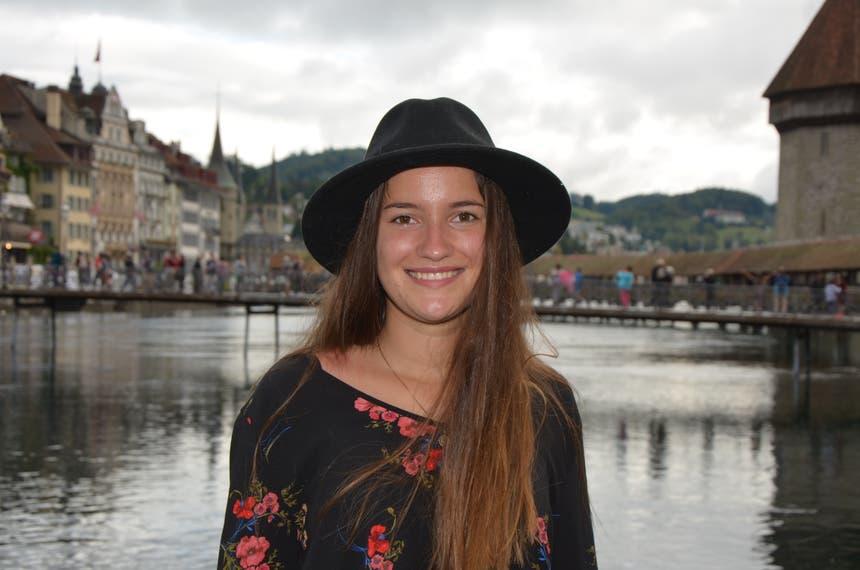 Julia Jann, Muotathal: Meine Eltern haben einen Landgasthof im Muotathal, und ich liebe nichts mehr, als im Herbst heimische Wildspezialitäten zu geniessen. Am besten schmecken mir Spätzli dazu. Wenn es kälter wird, bin ich meistens schneller müde. Daher schlafe ich im Herbst oft auch viel mehr als im Sommer. (Bild: Antonio Russo)