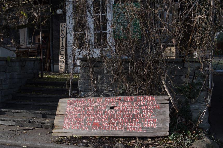 Aussenansicht des besetzten Eichwäldli auf der Luzerner Allmend. (Bild: Boris Bürgisser, 13. Dezember 2018)