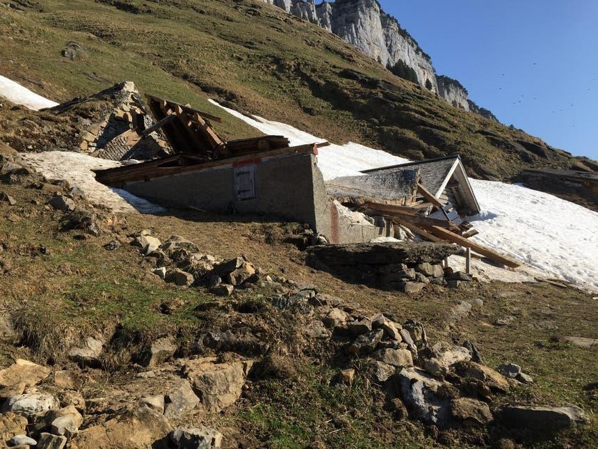 ...der Lawine. Dabei handelt es sich um Hütten der Alp Wees, oberhalb des Seealpsees. Wanderer... (Bild: Johannes Mock)