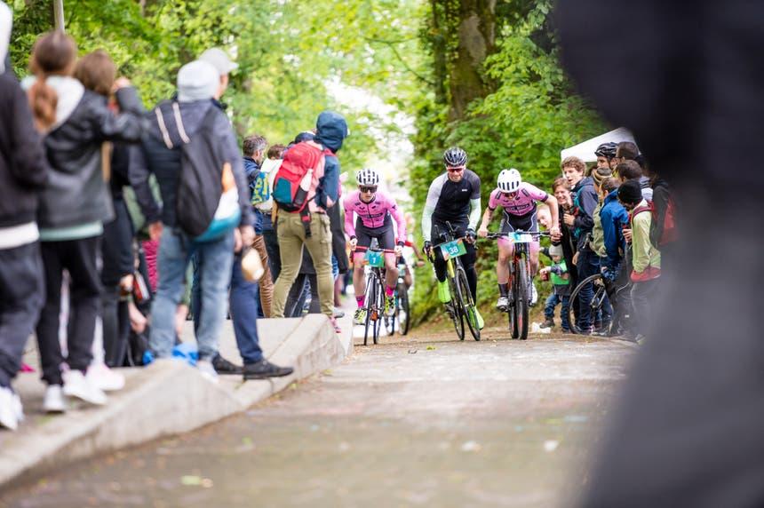 Die Zuschauer feuern die Wettkämpfer heftig an. Im Bild sind Simon Büchele, Raphael Knecht und Sven Fürst.