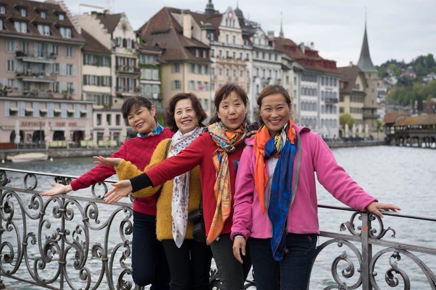 Posieren für das Erinnerungsfoto. (Bild: Nadia Schärli, Luzern, 13. Mai 2019)