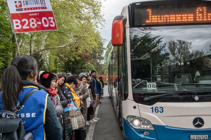 Wieder abgeholt werden die Gäste am Nachmittag von Bussen der VBL. Diese fahren die Touristen zur Messe Allmend. (Bild: Nadia Schärli, Luzern, 13. Mai 2019)