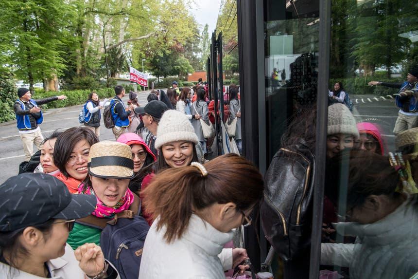 Einsteigen und ab zum Gala-Dinner: Die chinesischen Touristen steigen in die VBL-Busse ein, die sie zur Messe bringen. (Bild: Nadia Schärli, Luzern, 13. Mai 2019)