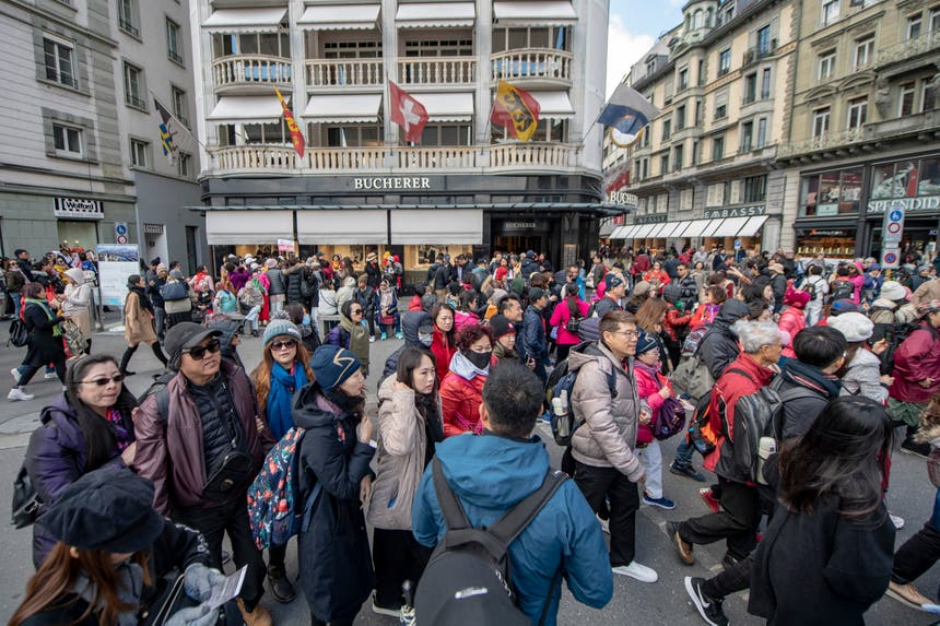 Hunderte Touristen vom Schwanenplatz. (Bild: Urs Flüeler / Keystone, Luzern, 13. Mai 2019)