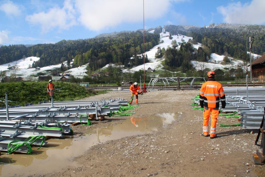 ...Toggenburger Eisenbahnlinie werden neue Leitungsmasten... (Bild: Martin Knoepfel)