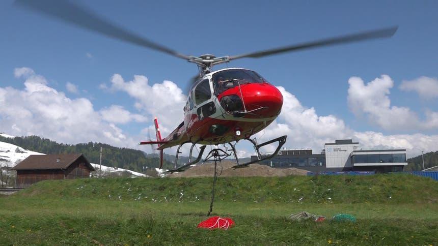 ...Helikopter über die Luft zu ihrem... (Bild: Raphael Rohner)