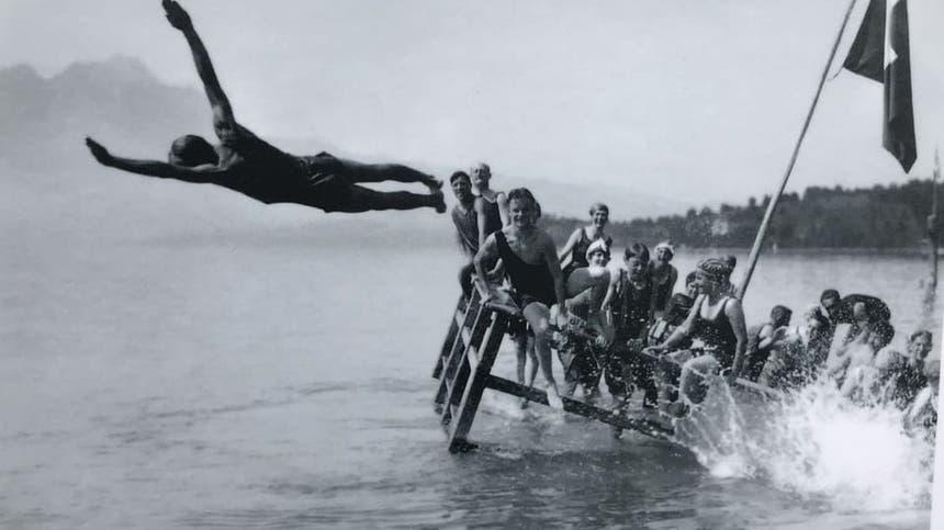 Ein Mann springt in Weggis anlässlich der Eröffnung in den Vierwaldstättersee. (Bild: Gemeinde Weggis)