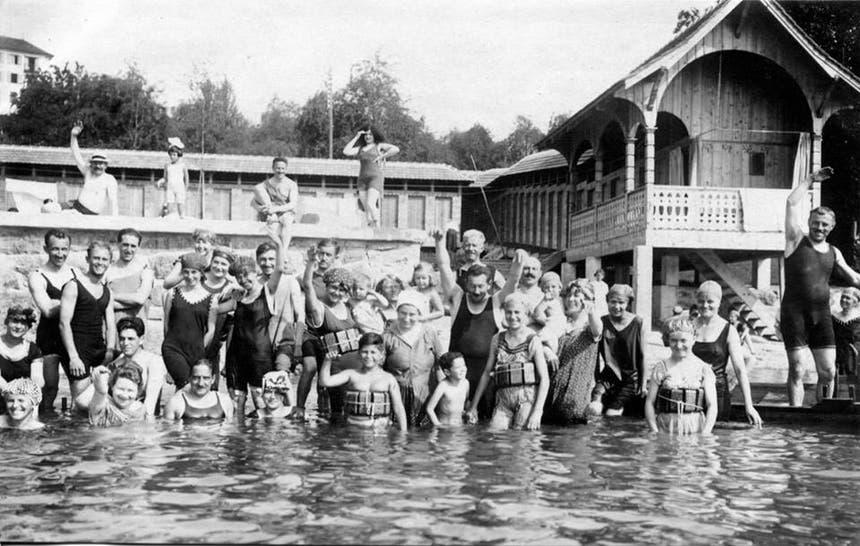 Brustbedeckendes Badekleid für Frauen und Männer war 1919 nicht Mode – sondern Pflicht. (Bild: Verein Historisches Archiv Weggis)