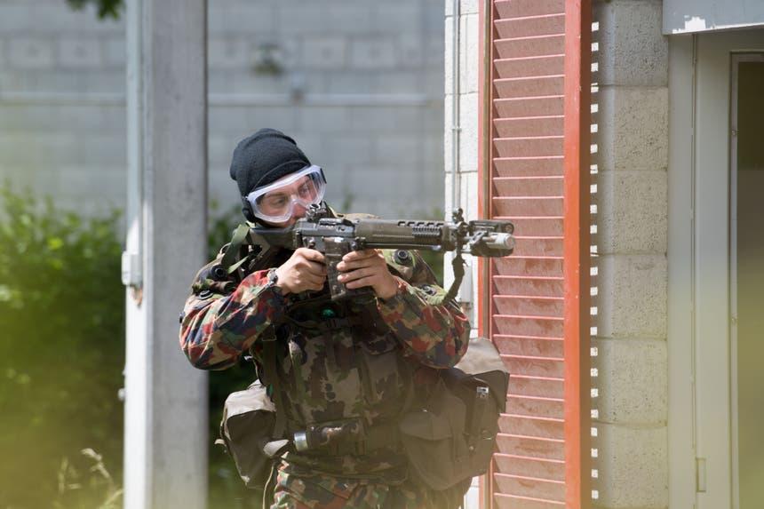 Ein WK-Soldat beim Gefechtskampf. (Bild: Eveline Beerkircher, Walenstadt, 12. Juni 2019)