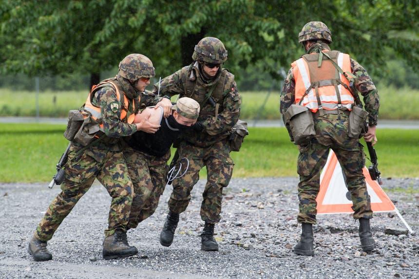 Anlässlich einer Übung wird ein Störefried festgenommen. (Bild: Eveline Beerkircher, Walenstadt, 12. Juni 2019)