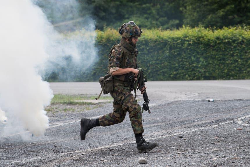 Einsatzübung der WK-Soldaten mit Rauchpetarden. (Bild: Eveline Beerkircher, Walenstadt, 12. Juni 2019)