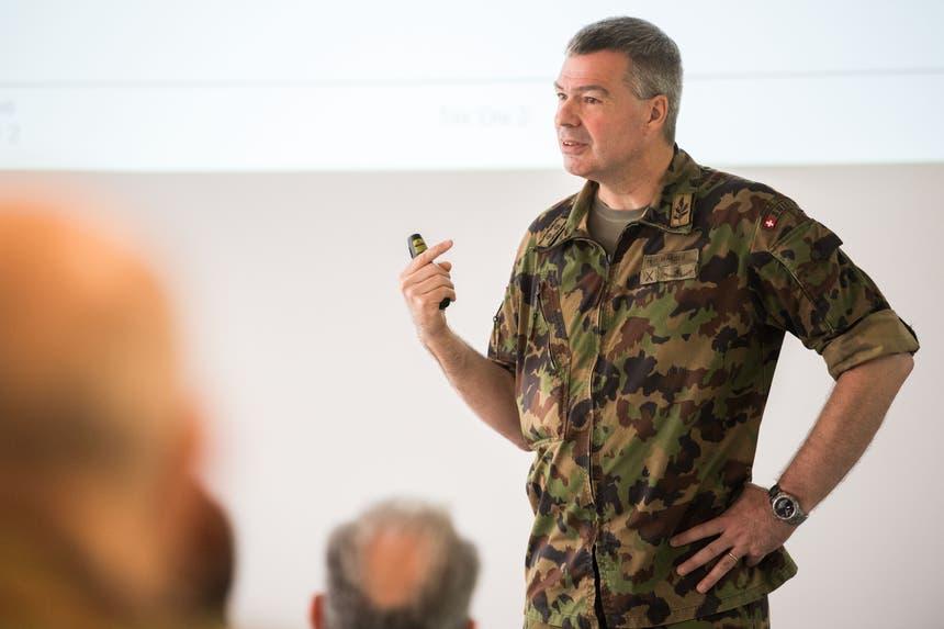 Divisionär Hans-Peter Walser informiert die Delegation über den Zustand der Armee. (Bild: Eveline Beerkircher, Walenstadt, 12. Juni 2019)