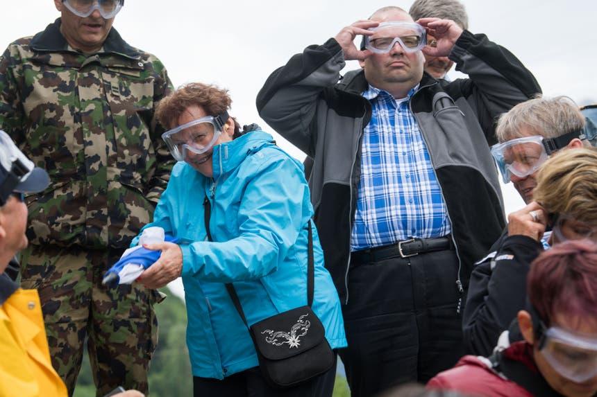 Armin Hartmann, SVP-Kantonsrat und Gemeindeammann von Schlierbach, beim Anprobieren der Schutzbrille. (Bild: Eveline Beerkircher, Walenstadt, 12. Juni 2019)