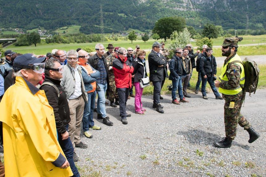 Chef-Regisseur Simon Bieri erklärt der Delegation, wie die Übung abläuft. (Bild: Eveline Beerkircher, Walenstadt, 12. Juni 2019)
