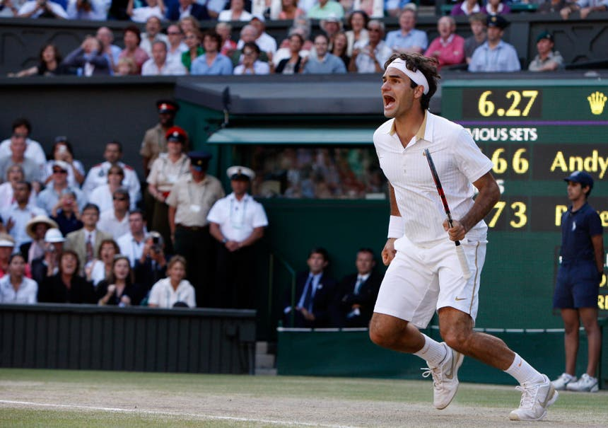 2009: Federer s. Roddick 5:7, 7:6 (8:6), 7:6 (7:5), 3:6, 16:14Roger Federer erlebt den Sommer seines Lebens. Im April heiratet er seine Freundin Mirka Vavrinec, im Juni gewinnt er die French Open und komplettiert damit seinen Karriere-Grand-Slam. Im Juli überholt er in Wimbledon mit seinem 15. Major-Titel den bisherigen Rekordhalter Pete Sampras. Zwei Wochen später wird Federer Vater der Zwillingsmädchen Charlene und Myla. Er gewinnt auch den dritten Wimbledon-Final gegen Andy Roddick. Mit 4:17 Stunden ist es der längste zwischen den beiden.. Nur einmal nimmt Feder Roddick den Aufschlag ab – zum 16:14 im fünften Satz.
