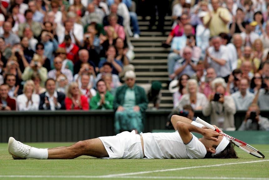 2005: Federer vs. Roddick 6:2, 7:6 (7:2), 6:4«Ich brauche jetzt erst einmal ein Bier», übt sich Andy Roddick nach der zweiten Final-Niederlage in Galgenhumor. «Roger ist der Beste der Welt und wird immer noch besser.» Auf dem Weg zum Titel gibt Roger Federer nur einen Satz ab und wird der dritte Spieler nach Björn Borg und Pete Sampras, der in Wimbledon drei Mal in Folge gewinnt. «Das ist wahrscheinlich der beste Match, den ich je gezeigt habe», sagt Federer. Am Tag darauf feiern ihn 3000 Basler auf dem Marktplatz.