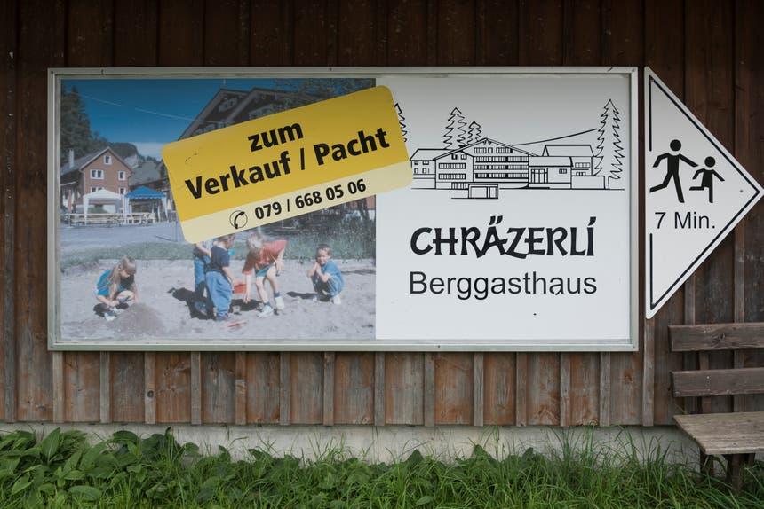 Plakat an der Schwägalpstrasse macht auf die Verkaufsabsicht aufmerksam - das Chräzerli ist nur sieben Gehminuten entfernt auf der andern Talseite.