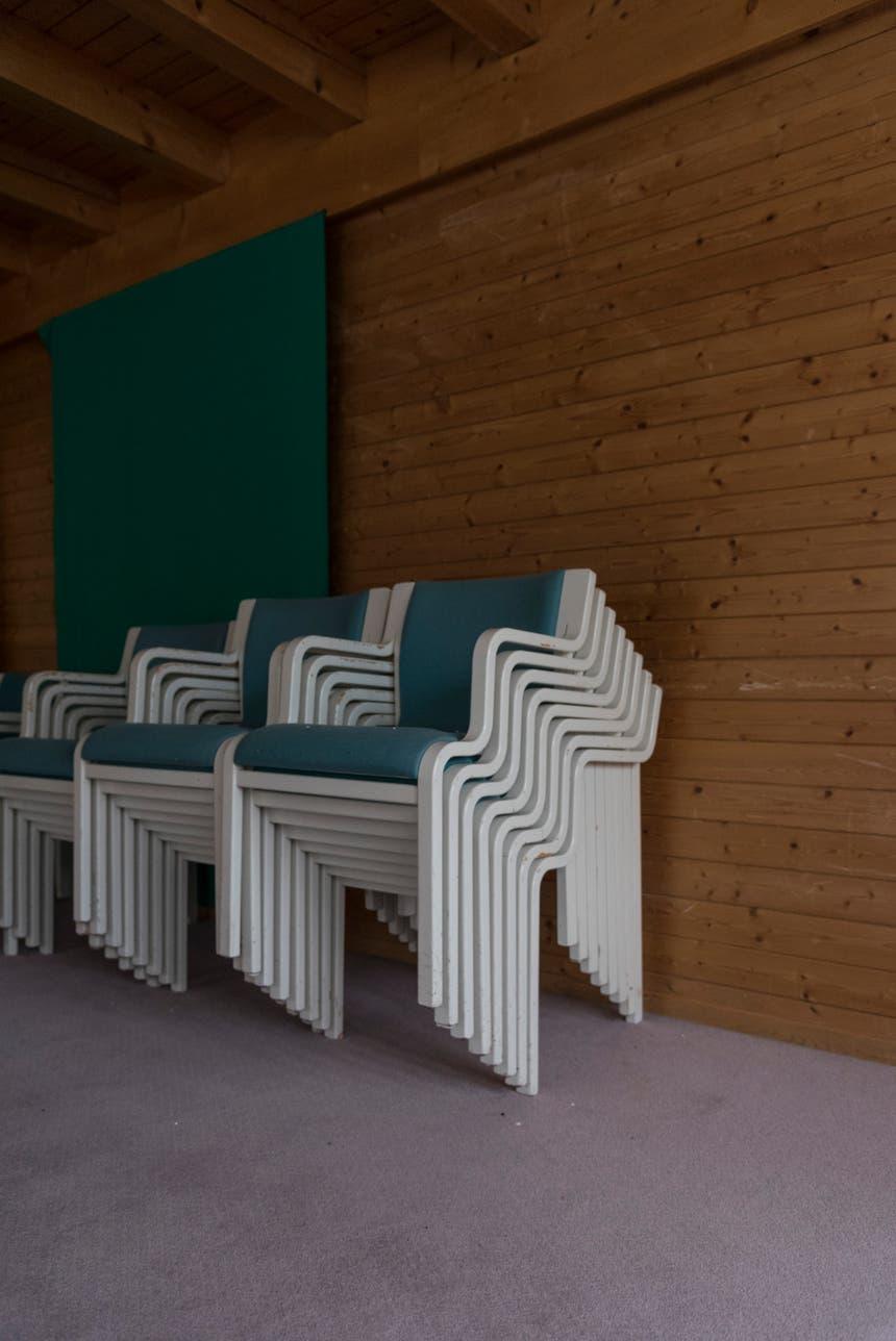 Stühle warten auf den Einsatz.